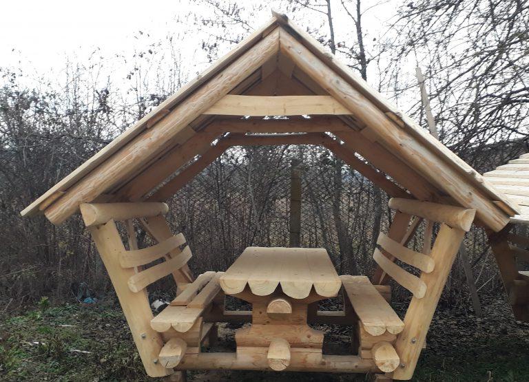 L Überdachte Sitzgruppe mit Holzdach